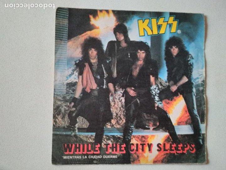 KISS – WHILE THE CITY SLEEPS = MIENTRAS LA CIUDAD DUERME 1984 (Música - Discos - Singles Vinilo - Heavy - Metal)