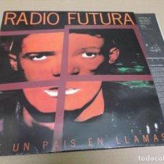 Discos de vinilo: RADIO FUTURA (LP) DE UN PAIS EN LLAMAS AÑO – 1995 – ENCARTE CON LETRAS. Lote 277034873