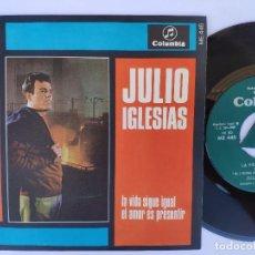 Discos de vinilo: JULIO IGLESIAS - 45 SPAIN PS - MINT * LA VIDA SIGUE IGUAL / EL AMOR ES PRESENTIR. Lote 277178283