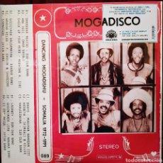 Discos de vinilo: MOGADISCO (DANCING MOGADISHU - SOMALIA 1972-1991) DOBLE LP VINILO + LIBRETO. NUEVO. PRECINTADO. Lote 279377578