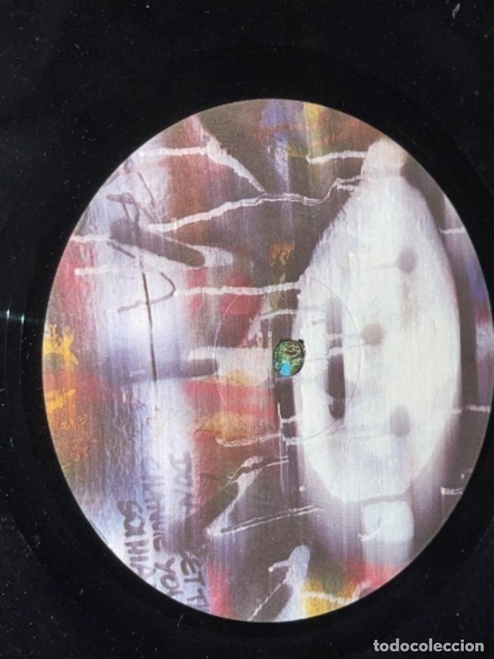 Discos de vinilo: LP U2 ATCHUNG BABY CORRECTO CIERTO USO ENCARTE, TIO DESNUDO EN TAPA - Foto 10 - 284493373
