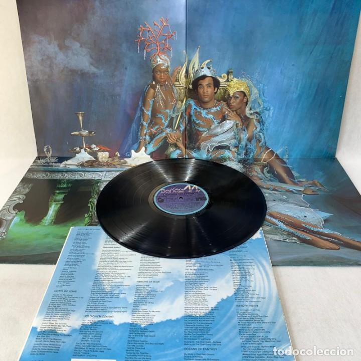 Discos de vinilo: LP - VINILO BONEY M. - OCEANS OF FANTASY - DOBLE PORTADA PÓSTER + ENCARTE - ESPAÑA - AÑO 1982 - Foto 3 - 286878218