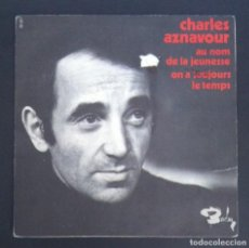 Discos de vinilo: CHARLES AZNAVOUR - AU NOM DE LA JEUNESSE / ON A TOUJOURS - SINGLE FRANCES - BARCLAY. Lote 287923878