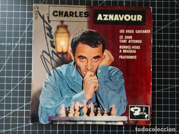 CHARLES AZNAVOUR. SUPER 45 CON 4 CANCIONES. AUTÓGRAFO EN LA PORTADA. BARCLAY (Música - Discos de Vinilo - EPs - Canción Francesa e Italiana)