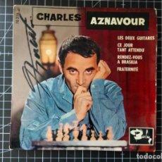 Discos de vinilo: CHARLES AZNAVOUR. SUPER 45 CON 4 CANCIONES. AUTÓGRAFO EN LA PORTADA. BARCLAY. Lote 288369688