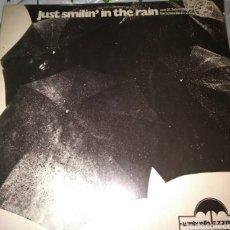 Discos de vinilo: VINILO JUST SMILIN IN THE RAIN, UMBRELLA JAZZMEN. FIRMADO. Lote 288402253