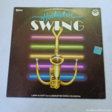 Discos de vinilo: HOOKECL ON SWING - LARRY ELGART AND HIS MANHATAN SWING ORCHESTRA. Lote 288541318