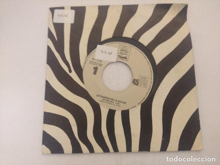 EXTRAÑOS EN LA NOCHE/UN AÑO MAS/SINGLE. (Música - Discos - Singles Vinilo - Grupos Españoles de los 70 y 80)