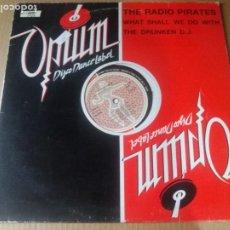 Discos de vinilo: THE RADIO PIRATES / WHAT SHALL WE DO WITH THE DRUNKEN D.J. / MAXI-SINGLE 12 PULGADAS. Lote 289628773