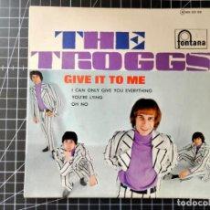 Discos de vinilo: THE TROGGS. GIVE IT TO ME.. Lote 290759413
