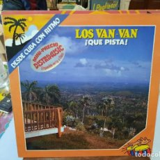 Discos de vinilo: LOS VAN VAN - ¡QUÉ PISTA! (DESDE CUBA CON RITMO) - LP. SELLO FONOMUSIC 1984. Lote 293755138