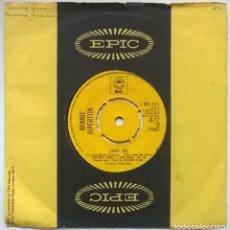 Discos de vinilo: MINNIE RIPERTON. LOVIN YOU/ THE EDGE OF A DREAM. EPIC, UK 1974 SINGLE. Lote 293972698