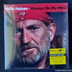 Discos de vinilo: WILLIE NELSON - ALWAYS ON MY MIND / THE PARTY'S OVER - CAJA CON SINGLE + CAMISETA 2013 (NUEVO). Lote 295581568