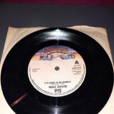 Discos de vinilo: SINGLE MAC DAVIS, THE GREATEST GIFT OF ALL, IT'S HARD TO BE HUMBLE. CASABLANCA RECORD 1980. Lote 295751193