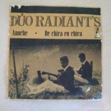 Discos de vinilo: DÚO RADIANT'S - ANOCHE / DE CHICA EN CHICA - SINGLE CON ETIQUETA PROMO ZAFIRO 1964 - VINILO EX. Lote 295789373