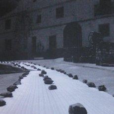 Documentos antiguos: RICARDO CALERO (1955): 7 LÁMINAS FOTOGRÁFICAS QUE RETRATAN LAS FASES DEL GRABADO 'LOS PASOS' (2010). Lote 32378021