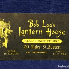 Documentos antiguos: TARJETA COMERCIAL BOB LEE S LANTERN HOUSE REAL CHINESE CUISINE BOSTON EEUU AÑOS 40 5,5X9CMS. Lote 100435983