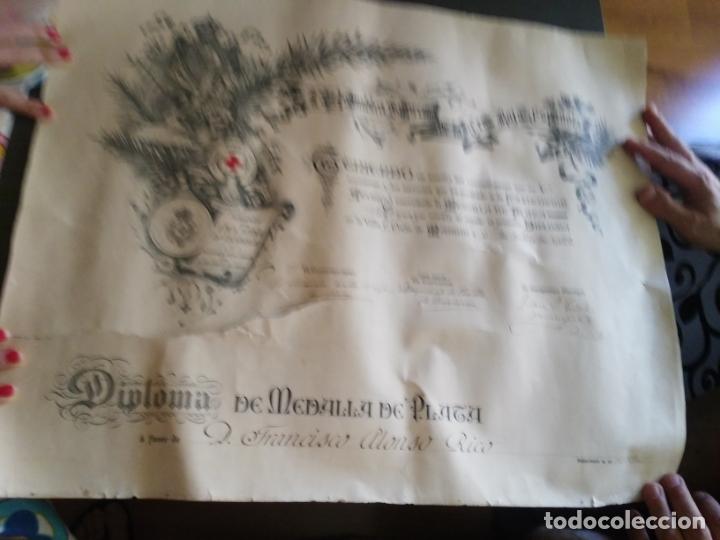 DIPLOMA DE MEDALLA DE PLATA CRUZ ROJA 1922 EL PAPEL TIENE UN CORTE (Coleccionismo - Documentos - Otros documentos)