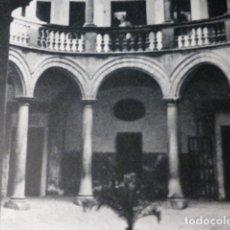 Documentos antiguos: PALMA DE MALLORCA UN PATIO LAMINA HUECOGRABADO AÑOS 50. Lote 177682330