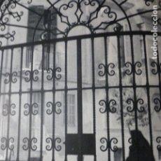 Documentos antiguos: PALMA DE MALLORCA UN PATIO LAMINA HUECOGRABADO AÑOS 50. Lote 177682347