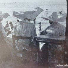 Documentos antiguos: EL ARENAL MALLORCA ESCENA EN LA PLAYA ANTIGUA LAMINA HUECOGRABADO AÑOS 50. Lote 178611947
