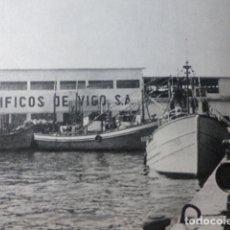 Documentos antiguos: VIGO PONTEVEDRA EL PUERTO ANTIGUA LAMINA HUECOGRABADO AÑOS 40. Lote 178660851