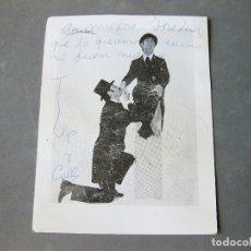 Documentos antiguos: FOTOGRAFÍA IMPRESA DE LOS HUMORISTAS TIP Y COLL FIRMADA POR ELLOS - FIRMA O AUTÓGRAFO ORIGINAL. Lote 182743215