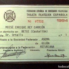 Documentos antiguos: TARJETA PERSONAL FED.ESPAÑOLA SOCIEDADES FILATELICAS-ASEMA,FED.ASTURIANA-GIJÓN 1994 (DESCRIPCIÓN). Lote 185682745