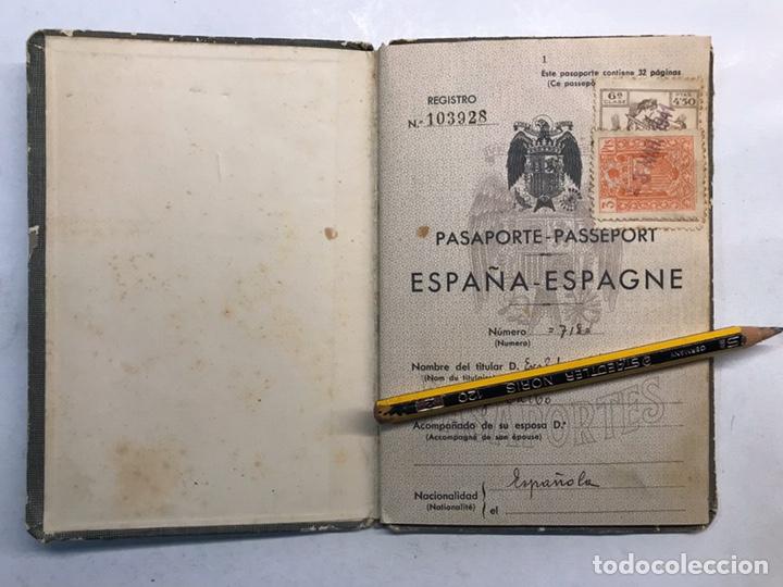 Documentos antiguos: PASAPORTE ESPAÑOL, Concedido para asistir a los Funerales de S.M. el Rey Don ALFONSO XIII (a.1941) - Foto 2 - 194238805