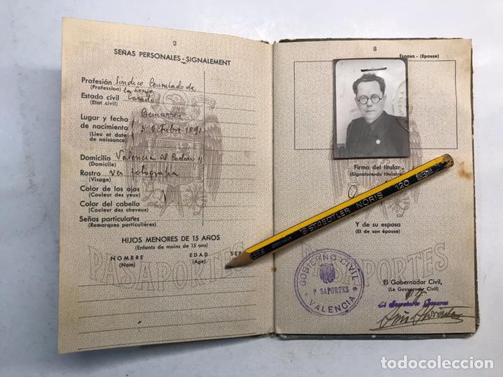 Documentos antiguos: PASAPORTE ESPAÑOL, Concedido para asistir a los Funerales de S.M. el Rey Don ALFONSO XIII (a.1941) - Foto 3 - 194238805