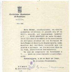 Documentos antiguos: OFICIO AÑO 1956 AYUNTAMIENTO GUADALAJARA - NOMBREMIENTO HIJO ADOPTIVO. Lote 194993518
