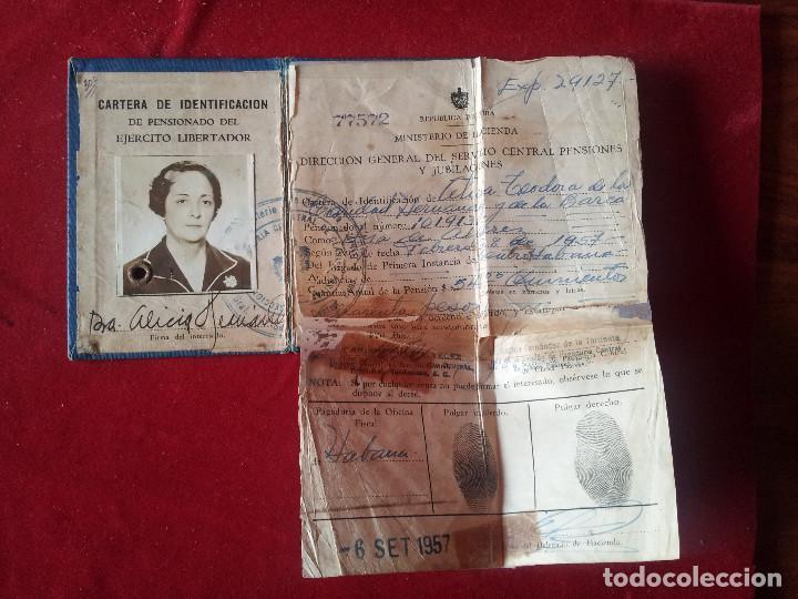 Documentos antiguos: DV-29.- CARNET- REPUBLICA DE CUBA- MINISTERIO DE HACIENDA , EJERCITO LIBERADOR PENSIONADO ,1957 - Foto 2 - 197653852