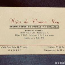Documentos antiguos: TARJETA HIJOS DE RAMON REY ASENTADORES FRUTAS Y HORTALIZAS MERCADO CENTRAL MADRID 7X11CMS. Lote 203858517