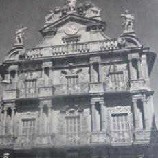 Documentos antiguos: PAMPLONA PALACIO MUNICIPAL ANTIGUA LAMINA HUECOGRABADO AÑOS 50. Lote 204638413