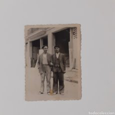 Documentos antiguos: FOTO DE PAISANOS, AÑOS 40-50. TAMAÑO 6 X 8 CM.. Lote 254008075
