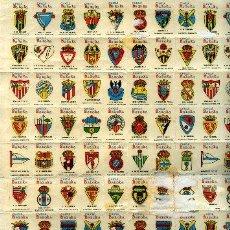 Coleccionismo deportivo: HOJA CON 100 CALCOMANIAS CON ESCUDOS DE EQUIPOS DE FUTBOL ESPAÑOLES, AÑOS 60,. Lote 11568971