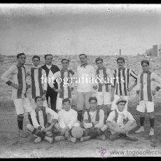 Coleccionismo deportivo: EQUIPO DE FÚTBOL POR IDENTIFICAR, BARCELONA O ALREDEDORES, 1915'S. CRISTAL NEGATIVO 9X12 CM.. Lote 27345802