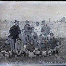 Coleccionismo deportivo: EQUIPO DE FÚTBOL POR IDENTIFICAR, BARCELONA O ALREDEDORES, 1915'S. CRISTAL NEGATIVO 9X12 CM.. Lote 27345992