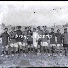 Coleccionismo deportivo: EQUIPO DE FÚTBOL POR IDENTIFICAR, BARCELONA O ALREDEDORES, 1915'S. CRISTAL NEGATIVO 9X12 CM.. Lote 27346258