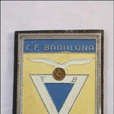 Coleccionismo deportivo: ANTIGUA PLACA METÁLICA DEL C.F. BADALONA - FÚTBOL - CON TORNILLOS. Lote 40724453