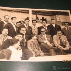 Coleccionismo deportivo: ANTIGUA FOTOGRAFIA DE JACINTO QUINCOCES CON DIRECTIVOS Y AFICIONADOS EN VALENCIA AÑO 1950S.. Lote 47274616