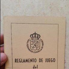 Coleccionismo deportivo: LIBRO REGLAMENTO DE JUEGO DEL HOCKEY SOBRE HIERBA 1976 REAL FEDERACION ESPAÑOLA. Lote 49650491