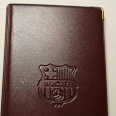 Coleccionismo deportivo: AGENDA TELEFONICA Y BLOC DE NOTAS DEL F.C. BARCELONA AGENDA DE PLASTICO MARRON A ESTRENAR. AÑOS 80. Lote 52327917