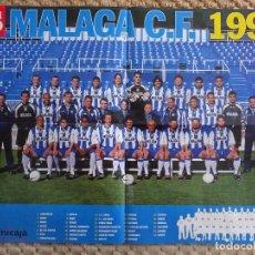 Coleccionismo deportivo: POSTER DEL MÁLAGA CLUB DE FÚTBOL. ALINEACIÓN PLANTILLA EQUIPO. TEMPORADA 1998 1999. 56 X 40 CM. Lote 70364245