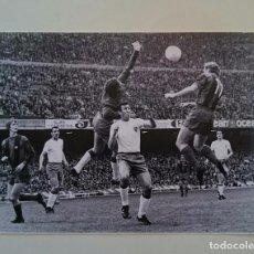 Coleccionismo deportivo: FOTO CRUYFF MARCIAL FC BARCELONA LIBRO DE ORO DEL BARÇA PÁGINA 39. Lote 82222796