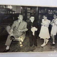 Coleccionismo deportivo: LADISLAO KUBALA. FOTOGRAFÍA ORIGINAL 1954 ASISTIENDO A UNA COMUNIÓN (17 X 12 CTMS.). Lote 83922392