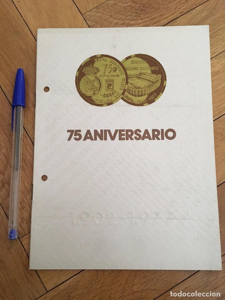 75 ANIVERSARIO REAL MADRID FOTOGRAFIA PIRRI CON TROFEO 1977 (Coleccionismo Deportivo - Documentos de Deportes - Otros)