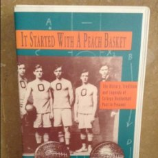 Coleccionismo deportivo: IT STARTED WITH A PEACH BASKET - CINTA VIDEO VHS DOCUMENTAL ORIGENES BALONCESTO -. Lote 98814259