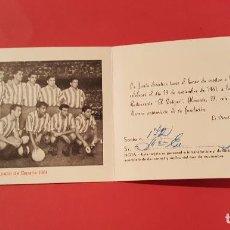 Coleccionismo deportivo: INVITACIÓN IX ANIVERSARIO PEÑA CUATRO CAMINOS (1961, FOTO EQUIPO AT. MADRID) ORIGINAL. COLECCIONISTA. Lote 99256279