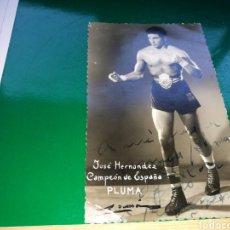 Coleccionismo deportivo: FOTOGRAFÍA DEDICADA DE JOSÉ HERNÁNDEZ CAMPEÓN DE BOXEO DE PREMIO PLUMA. AÑOS 50 MUY CURIOSA.. Lote 130613712